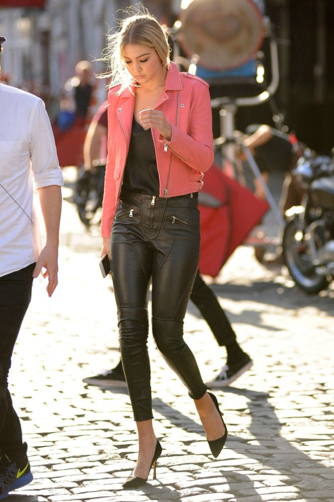 Gigi-Hadid--Heading-to-a-Photoshoot--36-662x993